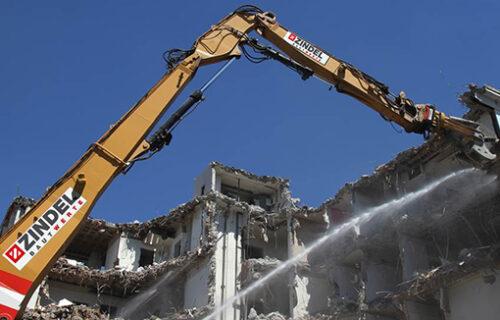 Abrissarbeit auf einer Baustelle von Invias