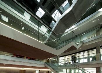 Invias: Das Treppenhaus eines Verwaltungsgebäudes.